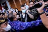 Penabuh drum Superman is Dead I Gede Ari Astina alias Jerinx (tengah) berjalan meninggalkan Lapas Kerobokan, Bali, Selasa (8/6/2021). Jerinx bebas murni dari Lapas Kerobokan setelah menjalani hukuman pidana penjara karena kasus ujaran kebencian dan pencemaran nama baik yang dilaporkan Ikatan Dokter Indonesia (IDI) Bali. ANTARA FOTO/Rani Rachmania/nym.