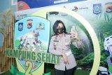 Polwan cantik ajak swafoto photobooth Kampung Sehat 2 di Bandara Lombok