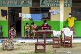Sejumlah pasien terkonfirmasi positif COVID-19 menjalani isolasi mandiri di Madrasah Birrul Walidain, Rengasdengklok, Karawang, Jawa Barat, Selasa (8/6/2021). Sebanyak 28 orang terkonfirmasi positif COVID-19 yang berasal dari klaster mudik dan klaster wisata dirawat di ruang isolasi mandiri swadaya masyarakat guna mengantisipasi penularan COVID-19. ANTARA JABAR/M Ibnu Chazar/agr