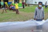Sejumlah pasien terkonfirmasi positif COVID-19 berjemur saat menjalani isolasi mandiri di Madrasah Birrul Walidain, Rengasdengklok, Karawang, Jawa Barat, Selasa (8/6/2021). Sebanyak 28 orang terkonfirmasi positif COVID-19 yang berasal dari klaster mudik dan klaster wisata dirawat di ruang isolasi mandiri swadaya masyarakat guna mengantisipasi penularan COVID-19. ANTARA JABAR/M Ibnu Chazar/agr