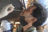 Warga menjalani tes cepat antigen di Pos Penyekatan di Pamekasan, Jawa Timur, Selasa (8/6/2021). Pemkab Pamekasan memberlakukan penyekatan dan tes cepat antigen bagi warga luar daerah yang akan masuk ke kabupaten itu, menyusul terjadinya lonjakan kasus COVID-19 di Bangkalan dalam dua pekan terakhir. Antara Jatim/Saiful Bahri/zk