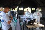 Warga dari luar daerah antre untuk menjalani tes cepat antigen di Pos Penyekatan di Pamekasan, Jawa Timur, Selasa (8/6/2021). Pemkab Pamekasan memberlakukan penyekatan dan tes cepat antigen bagi pendatang yang akan masuk ke kabupaten itu, menyusul terjadinya lonjakan kasus COVID-19 di Bangkalan dalam dua pekan terakhir. Antara Jatim/Saiful Bahri/zk