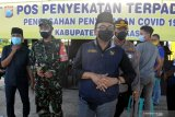 Bupati Pamekasan Badrut Tamam (tengah) meninjau kesiapan Pos Penyekatan Pamekasan-Sampang, di Pamekasan, Jawa Timur, Selasa (8/6/2021). Pemkab Pamekasan memberlakukan penyekatan dan tes cepat antigen bagi pendatang yang akan masuk ke kabupaten tersebut menyusul terjadinya lonjakan kasus COVID-19 di Bangkalan dalam dua pekan terakhir. Antara Jatim/Saiful Bahri/zk