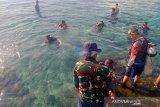Sejumlah anggota Lanal Ternate bersiap–siap mengikuti latihan dasar menyelam di Perairan Pantai Fala Jawa, Kota Ternate, Maluku Utara, Selasa (8/6/2021). Lanal Ternate rutin melakukan latihan dasar menyelam karena kemampuan selam Prajurit TNI AL sangat dibutuhkan untuk mendukung tugas operasi, termasuk juga melaksanakan tugas sosial dalam bentuk OMSP (Operasi Militer Selain Perang). ANTARA FOTO/HO-Humas Lanal Ternate