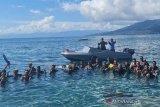 Sejumlah anggota Lanal Ternate berfoto bersama saat mengikuti latihan dasar menyelam di Perairan Pantai Fala Jawa, Kota Ternate, Maluku Utara, Selasa (8/6/2021). Lanal Ternate rutin melakukan latihan dasar menyelam karena kemampuan selam Prajurit TNI AL sangat dibutuhkan untuk mendukung tugas operasi, termasuk juga melaksanakan tugas sosial dalam bentuk OMSP (Operasi Militer Selain Perang). ANTARA FOTO/HO-Humas Lanal Ternate