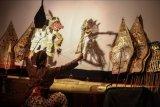 Dalang cilik Ramadhanu Adji Putra memainkan wayang kulit saat Fertival Dalang Cilik di Fakultas Bahasa dan Seni UNY, Sleman, DI Yogyakarta, Rabu (9/6/2021). Festival Dalang Cilik yang diikuti 33 peserta dari DI Yogyakarta, Jawa Tengah dan Jawa Timur tersebut digelar untuk menambah kecintaan masyarakat pada kesenian wayang sebagai ragam kebudayaan Indonesia. ANTARA FOTO/Hendra Nurdiyansyah/nym.