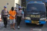 Polisi menunjukkan tersangka saat ungkap kasus penyelundupan benur di Ditpolairud Polda Jawa Timur, Surabaya, Jawa Timur, Rabu (9/6/2021). Ditpolairud Polda Jawa Timur menangkap tersangka W atas kasus dugaan menyelundupkan benur dan mengamankan barang bukti benur sebanyak 22.000 ekor jenis pasir dan jenis mutiara. Antara Jatim/Didik Suhartono/Zk