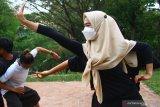 Peserta melakukan latihan gerak tubuh secara berpasangan dalam Pelatihan Tari Reboan di Latar Tari Winarto Ekram, Malang, Jawa Timur,  Rabu (9/6/2021). Pelatihan seni tari tersebut diadakan secara gratis bagi masyarakat sekitar untuk mencari bibit penari muda yang berbakat sebagai upaya regenerasi. Antara Jatim/Ari Bowo Sucipto/zk