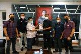 KPU Manado serahkan buku kepada  Wawali Kota Manado
