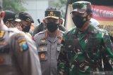 Kapolri Jenderal Pol Listyo Sigit Prabowo (tengah) bersama Panglima TNI Marsekal Hadi Tjahjanto (kanan) meninjau vaksinasi massal COVID-19 di kawasan monumen Simpang Lima Gumul, Kediri, Jawa Timur, Kamis (10/6/2021). Dalam kesempatan tersebut, Kapolri, Panglima TNI dan Gubernur Jawa Timur berharap masyarakat tetap menjaga protokol kesehatan meskipun telah divaksin agar pandemi COVID-19 segera berlalu. Jatim/Prasetia Fauzani/zk