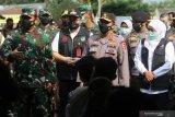 Kapolri Jenderal Pol Listyo Sigit Prabowo (tengah) bersama Panglima TNI Marsekal Hadi Tjahjanto (kiri) dan Gubernur Jawa Timur Khofifah Indar Parawansa (kanan) memberi himbauan saat meninjau vaksinasi massal COVID-19 di kawasan monumen Simpang Lima Gumul, Kediri, Jawa Timur, Kamis (10/6/2021). Dalam kesempatan tersebut, Kapolri, Panglima TNI dan Gubernur Jawa Timur berharap masyarakat tetap menjaga protokol kesehatan meskipun telah divaksin agar pandemi COVID-19 segera berlalu. Antara Jatim/Prasetia Fauzani/zk