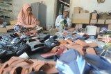 Pekerja menyelesaikan pembuatan sandal di Desa Samatan, Pamekasan, Jawa Timur, Kamis (10/6/2021). Sandal yang dipasarkan ke sejumlah daerah di Jatim dan Kalimantan dengan harga  antara Rp20 ribu hingga Rp150 ribu per pasang tergantung ukuran dan kualitas itu, produksinya terkendala minimnya  permodalan akibat Pandemi COVID-19. ANTARA FOTO/Saiful Bahri/ANTARA FOTO/SAIFUL BAHRI (ANTARA FOTO/SAIFUL BAHRI)