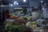 Warga membeli kebutuhan pokok di Pasar Kosambi, Bandung, Jawa Barat, Kamis (10/6/2021).  Pemerintah berencana akan mengenakan Pajak Pertambahan Nilai (PPN) untuk sejumlah bahan pokok (sembako) dari sektor pertanian, perkebunan, kehutanan, peternakan dan perikanan. Ketentuan PPN sembako ini telah diterbitkan dalam Revisi Undang-Undang Nomor 6 Tahun 1983 tentang Ketentuan Umum dan Tata Cara Perpajakan (RUU KUP). ANTARA JABAR/Raisan Al Farisi/agr