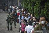 Sejumlah warga antre memasuki gedung untuk menjalani vaksinasi COVID-19 di Sudirman Grand Ballroom, Bandung, Jawa Barat, Kamis (10/6/2021). Vaksinasi massal yang digelar oleh TNI, Polri dan Pemerintah Provinsi Jawa Barat tersebut menyiapkan 40.000 dosis vaksin bagi warga lansia dan pra-lansia. ANTARA JABAR/Raisan Al Farisi/agr
