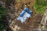 Foto udara warga bersama anggota Taruna Siaga Bencana (Tagana) mendirikan posko evakuasi saat melakukan simulasi penyelamatan korban becana di kawasan Gua Dayueh, Desa Tamansari, Karawang, Jawa Barat, Kamis (10/6/2021). Kegiatan tersebut dilakukan untuk meningkatkan kemampuan masyarakat dan perangkat desa dalam memberikan pertolongan terhadap korban bencana dan menjadikan desa sadar bencana. ANTARA JABAR/M Ibnu Chazar/agr