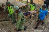 Warga bersama anggota Taruna Siaga Bencana (Tagana) melakukan simulasi penyelamatan korban becana di kawasan Gua Dayueh, Desa Tamansari, Karawang, Jawa Barat, Kamis (10/6/2021). Kegiatan tersebut dilakukan untuk meningkatkan kemampuan masyarakat dan perangkat desa dalam memberikan pertolongan terhadap korban bencana dan menjadikan desa sadar bencana. ANTARA JABAR/M Ibnu Chazar/agr