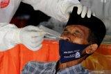 Petugas kesehatan melakukan tes cepat antigen kepada warga dari Pulau Madura yang menuju Surabaya di pos penyekatan di akses keluar Jembatan Suramadu, Surabaya, Jawa Timur, Kamis (10/6/2021). Sejak Minggu (6/6/2021) sampai hari ini jumlah warga dari Pulau Madura yang menjalani  tes usap antigen di pos penyekatan tersebut sekitar 13.585 orang. Antara Jatim/Didik Suhartono/zk