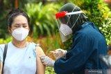 Petugas medis menyuntikkan vaksin COVID-19 Astrazeneca saat vaksinasi massal di Taman Slamet, Malang, Jawa Timur, Kamis (10/6/2021). Pelaksanaan vaksinasi massal kepada masyarakat umum tersebut sengaja diadakan di taman untuk mengurangi rasa takut terhadap jarum suntik bagi sebagian penerima vaksin sekaligus sebagai sarana sosialisasi keamanan vaksin. Antara Jatim/Ari Bowo Sucipto/zk