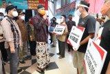 Gubernur Jateng serahkan bantuan modal untuk pedagang Pasar Wage Purwokerto