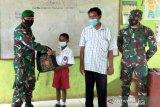Satgas TNI bantu peralatan sekolah siswa SD di perbatasan RI-PNG