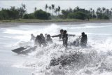 Prajurit Batalyon Intai Amfibi (Yontaifib) Korps Marinir TNI AL dan United States Marines Corps Reconnaissance Unit menerjang gelombang dalam Latihan Bersama Reconex 21-II di Pusat Latihan Pertempuran Marinir (Puslatpurmar) 7 Lampon, Banyuwangi, Jawa Timur, Jumat (11/6/2021). Latihan tersebut sebagai penyamaan persepsi pasukan elit kedua negara dalam menerapkan kecermatan, ketelitian, kecepatan dan kekompakan dalam tim. ANTARA FOTO/Budi Candra Setya/nym.