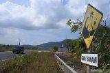 Pengendara melintasi kawasan zona tsunami di Jalur Lintas Selatan (JLS) Puger, Jember, Jawa Timur, Jumat (11/6/2021). Badan Penanggulangan Bencana Daerah (BPBD) Jember memetakan 14 desa di enam kecamatan pesisir selatan Jember masuk dalam kawasan rawan bencana tsunami dan berdasarkan data BMKG diperkirakan potensi ketinggian tsunami mencapai 20 meter. Antara Jatim/Seno/zk