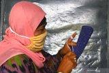 Perajin membuat sepatu rajut untuk dijual ke beberapa daerah di Cemorokandang, Malang, Jawa Timur, Jumat (11/6/2021). Perajin sepatu rajut setempat mengaku terkendala daya beli masyarakat yang belum pulih sejak pandemi COVID-19 sehingga membuat usahanya tidak berkembang meski sudah menggenjot pemasaran di pasar digital. Antara Jatim/Ari Bowo Sucipto/zk