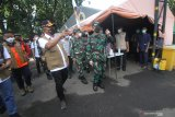 Kepala Badan Nasional Penanggulangan Bencana (BNPB) Letjen TNI Ganip Warsito (keempat kiri) didampingi Penanggung jawab Rumah Sakit Lapangan Kogabwilhan II Indrapura (RSLKI) Laksamana Pertama TNI I Dewa Gede Nalendra Djaya Iswara (keempat kanan) melihat kondisi di luar RSLKI saat berkunjung ke Surabaya, Jawa Timur, Jumat (11/6/2021). Kunjungan tersebut dalam rangka melihat secara langsung kondisi serta sarana dan prasana di RSLKI sebagai upaya untuk mengantisipasi jika terjadi lonjakan kasus COVID-19 di Jawa Timur. Antara Jatim/Moch Asim/zk