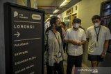 Menteri Koperasi dan UKM Teten Masduki berbincang dengan pelaku UKM di Hallway Space Kosambi, Bandung, Jawa Barat, Jumat (11/6/2021). Dalam kunjungan kerjanya di Bandung Teten Masduki berkesampatan untuk menjadi narasumber