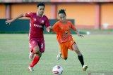 Pesepak bola Madura United (MU) Novan Setya Sasongko (kiri) melewati hadangan pesepak bola Malang United FC saat latihan bersama di Stadion Gelora Ratu Pamelingan, Pamekasan, Jawa Timur, Kamis (10/6/2021). MU terus mematangkan persiapan tim guna mengarungi Liga 1 2021 yang rencananya akan digelar pada pekan kedua Bulan Juli yang akan datang. Antara Jatim/Saiful Bahri/zk