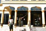 PENYEMPROTAN DISINFEKTAN MASJID JELANG SHALAT JUMAT. Personil Badan Pembina Administrasi Veteran dan Cadangan (BABINMINVETCAD) Kodam Iskandar Muda menyemprotkan cairan disinfektan di Masjid Al-Huda, Gampong Laksana, Banda Aceh, Aceh, Jumat (11/6/2021). Penyemprotan cairan disinfektan menjelang shalat jumat berjamaah di rumah ibadah dalam wilayah Kota Banda Aceh beresiko tinggi  (zona merah) tersebut salah satu upaya mencegah penyeberan COVID-19. ANTARA FOTO/Ampelsa.