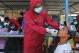 Petugas kesehatan melakukan tes cepat antigen kepada penumpang kapal saat penyekatan di Dermaga Penyeberangan Ujung (Surabaya)-Kamal (Madura), Surabaya, Jawa Timur, Jumat (11/6/2021). Penyekatan dengan dilakukan tes cepat antigen bagi penumpang kapal dari Pulau Madura itu untuk menelusuri penyebaran COVID-19, menyusul meningkatnya kasus COVID-19 di Bangkalan, Madura. Antara Jatim/Didik Suhartono/zk