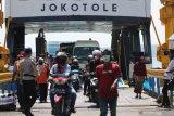 Polisi berjaga saat penyekatan di Dermaga Penyeberangan Ujung (Surabaya)-Kamal (Madura), Surabaya, Jawa Timur, Jumat (11/6/2021). Penyekatan dengan dilakukan tes cepat antigen bagi penumpang kapal dari Pulau Madura itu untuk menelusuri penyebaran COVID-19, menyusul meningkatnya kasus COVID-19 di Bangkalan, Madura. Antara Jatim/Didik Suhartono/zk