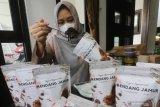 Perajin mengemas rendang berbahan baku jamur tiram bermerk Prastiwa Eatery di Desa Jongbiru, Kediri, Jawa Timur, Jumat (11/6/2021). Perajin meningkatkan nilai jual jamur tiram mentah seharga Rp25 ribu per kilogram menjadi rendang jamur  yang dipasarkan secara daring seharga Rp35 ribu per bungkus seberat 100gram dengan omset mencapai Rp10 juta per bulan. Antara Jatim/Prasetia Fauzani/zk