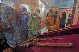 Pelajar didampingi pemandu mengamati galeri replika keris pusaka era Kesultanan Jambi yang dipamerkan di Museum Perjuangan Rakyat Jambi, Jambi, Jumat (11/6/2021). Pameran temporer yang memfokuskan pada dinamika perdagangan lada dan karet di era Kesultanan Jambi tersebut digelar hingga 12 Juni 2021. ANTARA FOTO/Wahdi Septiawan/pras.