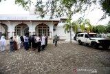 Warga melaksanakan shalat jenazah pasien yang meninggal dunia akibat terinfeksi COVID-19 di halaman masjid Ie Masen Kayee Adang, Banda Aceh, Aceh, Sabtu (12/6/2021). Data Satgas Penanganan COVID-19 Pemerintah Aceh tercatat peningkatan kasus terkonfirmasi positif Coronavirus Disease 2019 antara150 hingga 200 lebih kasus per hari hingga 11 Juni 2021 dengan jumlah 17.109 positif, 3.714 dalam perawatan, 12.732 sembuh dan 663 orang telah meninggal dunia. Antara Aceh / Irwansyah Putra.