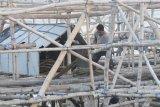 Nelayan bagan merapikan peralatannya di Pantai Desa Montok,  Pamekasan, Jawa Timur, Jumat (11/6/2021). Nelayan bagan di daerah itu, mulai beralih profesi menjadi petani dan penyedia jasa lainnya, karena ikan teri paron dan jenis ikan untuk dikeringkan yang biasa mereka tangkap pada musim kemarau jumlahnya sedikit. Antara jatim/Saiful Bahri/zk