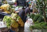 Pedagang melakukan bongkar muat sayuran di Pasar Subuh, Kabupaten Ciamis, Jawa Barat, Jumat (11/6/2021). Pemerintah terus berupaya untuk mengoptimalkan penerimaan negara melalui sektor perpajakan, dengan berencana mengenakan Pajak Pertambahan Nilai (PPN) untuk 13 kategori bahan pokok. ANTARA JABAR/Adeng Bustomi/agr