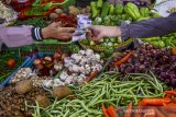 Pedagang sembako dan sayuran melayani pembeli di Pasar Subuh, Kabupaten Ciamis, Jawa Barat, Jumat (11/6/2021). Pemerintah terus berupaya untuk mengoptimalkan penerimaan negara melalui sektor perpajakan, dengan berencana mengenakan Pajak Pertambahan Nilai (PPN) untuk 13 kategori bahan pokok. ANTARA JABAR/Adeng Bustomi/agr