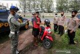 Tim Satgas penanganan COVID-19 Kabupaten Aceh Besar menjaring warga yang tidak memakai masker pada razia protokol kesehatan (prokes) di jalan nasional Banda Aceh - Meulaboh, Lhoknga, Aceh Besar, Aceh, Minggu (13/6/2021). Warga yang terjaring razia prokes dilakukan swab antigen dan diberi kesempatan untuk mendapat vaksin sinovac sebagai upaya pencegahan penularan COVID-19 dan percepatan penanganan pandemi yang kasusnya terus mengalami peningkatan di daerah itu. Antara Aceh/Irwansyah Putra.