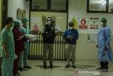 Gubernur Jawa Barat Ridwan Kamil (tengah) didampingi Plt Direktur Pelayanan Medik Keperawatan dan Penunjang RS Dokter Hasan Sadikin (RSHS) Dr.Yana Muhammad Supriatna (kedua kanan)  saat meninjau ruang isolasi Kemuning di RSHS, Bandung, Jawa Barat, Sabtu (12/6/2021) malam. Gubernur Jawa Barat menyatakan tingkat keterisian tempat tidur atau Bed Occupancy Rate (BOR) di keseluruhan Jawa Barat masih dalam tahap terkendali meski mengalami peningkatan mencapai 68 persen dampak arus mudik dan libur lebaran. ANTARA JABAR/Novrian Arbi/agr