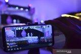 Warga menyaksikan pementasan Wayang Golek menggunakan telepon pintar yang dimainkan oleh Dalang Rian Nugraha Tresna Sunagar pada rangkaian acara yang dilaksanakan secara daring di Halaman Kantor Tourist Information Center ( TIC) Kabupaten Ciamis, Jawa Barat, Sabtu (12/6/2021) malam. Peringatan hari jadi Kabupaten Ciamis ke-379 itu dilangsungkan secara virtual untuk mengantisipasi penyebaran COVID-19 karena Ciamis masuk dalam status zona merah COVID-19. ANTARA JABAR/Adeng Bustomi/agr