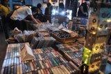 Pengunjung memilih kaset yang dijual saat kegiatan 'Record Store Day Bali 2021' di Kuta, Badung, Bali, Minggu (13/6/2021). Kegiatan Record Store Day yang diselenggarakan di berbagai negara di dunia tersebut dilakukan untuk merayakan keberadaan dan menghidupkan kembali musik yang dirilis dalam bentuk fisik seperti piringan hitam, kaset tape, dan CD. ANTARA FOTO/Fikri Yusuf/nym.