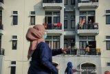 Tenaga kesehatan memimpin senam kebugaran untuk pasien COVID-19 yang sedang menjalani isolasi di Gedung BLK, Manggahang, Kabupaten Bandung, Jawa Barat, Minggu (13/6/2021). Data pusat informasi COVID-19 Kabupaten Bandung mencatat, per tanggal 12 Juni 2021 total kasus terkonfirmasi sebanyak 15.652 kasus dengan kasus rawat sebanyak 1.517 kasus, 13.870 konfirmasi sembuh dan 265 konfimasi meninggal. ANTARA JABAR/Raisan Al Farisi/agr