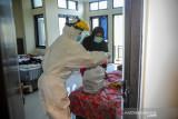 Seorang tenaga kesehatan memberikan obat bagi pasien COVID-19 yang sedang menjalani isolasi di Gedung BLK, Manggahang, Kabupaten Bandung, Jawa Barat, Minggu (13/6/2021). Data pusat informasi COVID-19 Kabupaten Bandung mencatat, per tanggal 12 Juni 2021 total kasus terkonfirmasi sebanyak 15.652 kasus dengan kasus rawat sebanyak 1.517 kasus, 13.870 konfirmasi sembuh dan 265 konfimasi meninggal. ANTARA JABAR/Raisan Al Farisi/agr