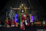 Seniman dari sanggar tari Patrialoka mementaskan wayang orang dengan lakon Legendriyan Taman Soka di Gedung Kesenian Kota Blitar, Jawa Timur, Sabtu (12/6/2021) malam. Pementasan wayang orang yang dilakukan secara daring tersebut digelar dalam rangka memperingati Bulan Bung Karno dengan sengaja memilih lakon yang konon merupakan lakon wayang yang digemari oleh Presiden Soekarno. Antara Jatim/Irfan Anshori/zk
