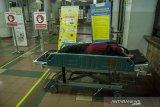 Seorang pasien beristirahat sambil menunggu ruangan inap di ruang Instalasi Gawat Darurat Rumah Sakit Dokter Hasan Sadikin (RSHS), Bandung, Jawa Barat, Sabtu (12/6/2021) malam. Direktur Pelayanan Medik Keperawatan dan Penunjang RSHS menyatakan keterisian tempat tidur untuk isolasi pasien COVID-19 (non ICU) masih di angka 119 dari 184 tempat tidur yang disediakan meski Jawa Barat mengalami peningkatan tingkat keterisian tempat tidur atau Bed Occupancy Rate (BOR) COVID-19 mencapai 68 persen serta 85 persen untuk Bandung Raya. ANTARA JABAR/Novrian Arbi/agr