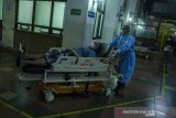 Petugas tenaga kesehatan membawa pasien ke ruang Instalasi Gawat Darurat Rumah Sakit Dokter Hasan Sadikin (RSHS), Bandung, Jawa Barat, Sabtu (12/6/2021) malam. Direktur Pelayanan Medik Keperawatan dan Penunjang RSHS menyatakan keterisian tempat tidur untuk isolasi pasien COVID-19 (non ICU) masih di angka 119 dari 184 tempat tidur yang disediakan meski Jawa Barat mengalami peningkatan tingkat keterisian tempat tidur atau Bed Occupancy Rate (BOR) COVID-19 mencapai 68 persen serta 85 persen untuk Bandung Raya. ANTARA JABAR/Novrian Arbi/agr
