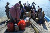 PENUMPANG KAPAL ASAL MADURA WAJIB TES ANTIGEN. Penumpang kapal layar motor (KLM) asal Pulau Sapudi, Sumenep sandar di Pelabuhan Kalbut, Mangaran, Situbondo, Jawa Timur, Sabtu (12/6/2021). Satgas Penanganan COVID-19 Kabupaten Situbondomewajibkan seluruh penumpang kapal untuk tes antigen sebagai upaya mencegah penularan virus corona, seiring lonjakan kasus di Bangkalan, Madura. Antara Jatim/Seno/zk