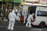 Petugas tenaga kesehatan mengangkut jenazah dengan menggunakan protokol COVID-19 ke ambulans di kawasan pemukiman dago Bandung, Jawa Barat, Senin (14/6/2021). Data pusat informasi dan Koordinasi COVID-19 Jawa Barat mencatat per tanggal 14 Juni 2021 pukul 17.00 WIB, total kasus terkonfirmasi sebanyak 328.940 kasus dengan jumlah dalam perawatan sebanyak 22.271 kasus, 302.245 sembuh dan 4.424 kasus meninggal dunia. ANTARA JABAR/Novrian Arbi/agr